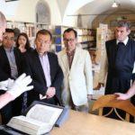 Dr. Roland führt durch die Handschriftenkammer